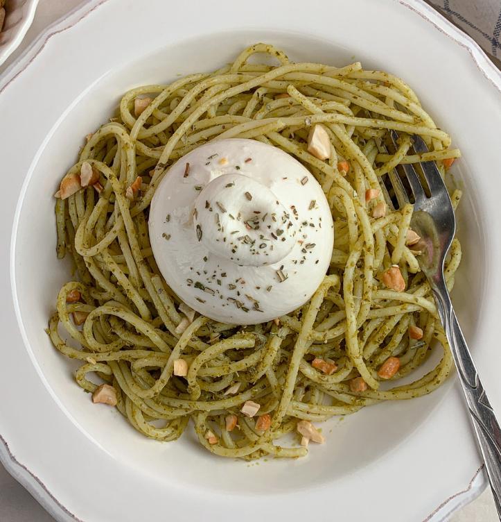 Spaghetti con pesto alla genovese e burrata